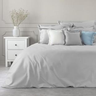 Sivý dekoračný prehoz na posteľ zo saténovej bavlny
