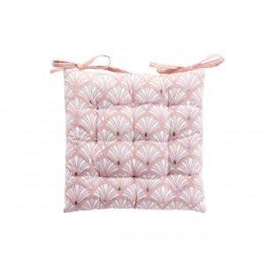 Krásna ružová poduška na stoličku so vzorom