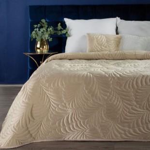 Béžový zamtový prehoz na posteľ so vzorom