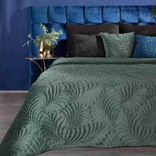 Tmavozelený zamatový prehoz na posteľ so vzorom