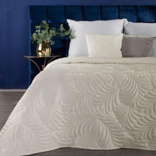 Krémový zamatový prehoz na posteľ so vzorom