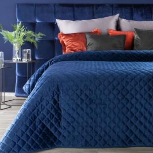 Tmavomodrý zamatový dekoračný prehoz na posteľ