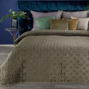 Tmavobéžový zamatový dekoračný prehoz na posteľ