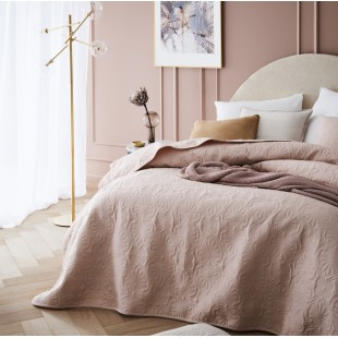 Púdrovo-ružový dekoračný prehoz na posteľ s krásnym motívom