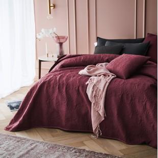 Bordový dekoračný prehoz na posteľ s krásnym motívom