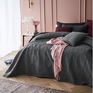 Tmavosivý dekoračný prehoz na posteľ s krásnym motívom