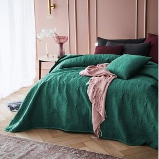 Tmavozelený prehoz na posteľ s krásnym motívom