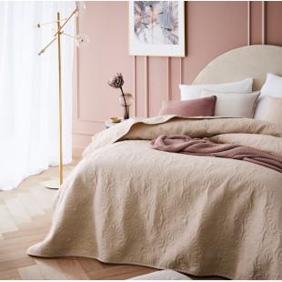 Krémový dekoračný prehoz na posteľ s krásnym motívom