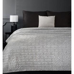 Sivý zamatový prehoz na posteľ so vzorom