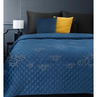 Modrý zamatový prehoz na posteľ so vzormi