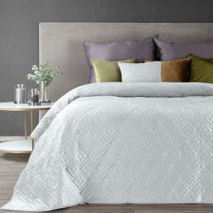 Biely zamatový prehoz na posteľ s jemným vzorom