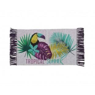 Sivý dekoračný koberček s tropickým motívom a strapčekmi