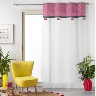 Biela záclona s ružovým vzorovaným pásom a strapčekmi