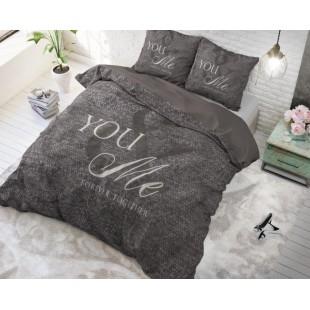 Sivá bavlnená posteľná obliečka s nápisom
