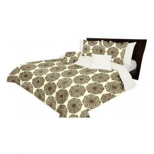 Prehoz na posteľ pieskovej farby s béžovo hnedými ornamentami