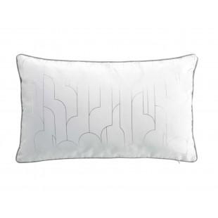 Biely dekoračný vankúšik so strieborným vzorom