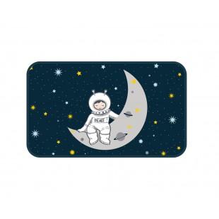 Tmavomodrý dekoračný koberček s astronautom