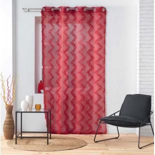 Červená záclona so strapčekovým cik-cak vzorom