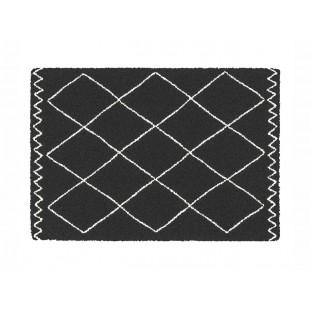 Čierny dekoračný koberček s geometrickým vzorom