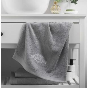 Sivý kúpeľňový ručník s výšivkou