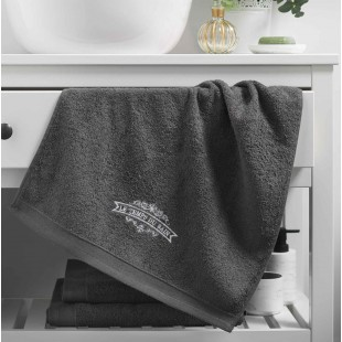 Tmavosivý kúpeľňový ručník s výšivkou