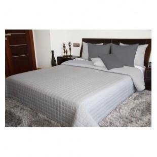 Svetlosivý jednofarebný prehoz na posteľ so štvorcovým prešívaním