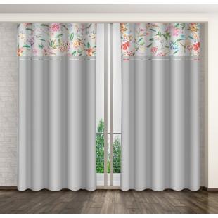 Sivý záves s farebnými kvetmi a riasiacou páskou