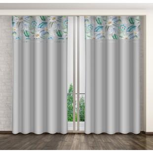 Sivý záves s modrými kvetmi a riasiacou páskou