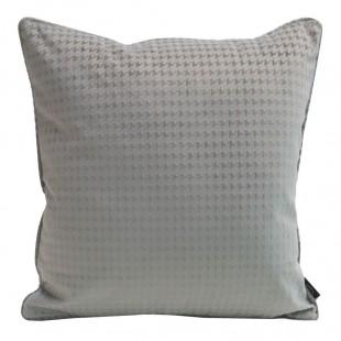 Sivá zamatová obliečka na vankúš s jemným vzorom
