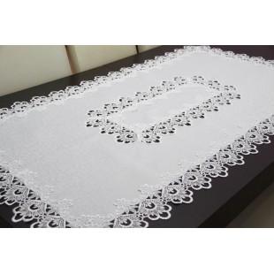 Biely dekoračný behúň na stôl zdobený čipkou