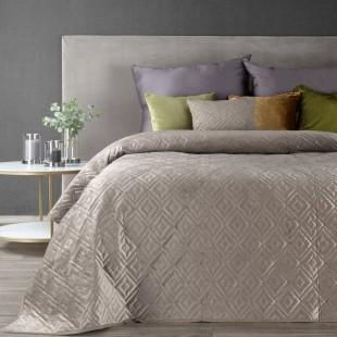 Béžový zamatový prehoz na posteľ s prešívaním