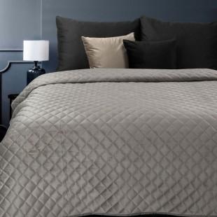 Sivý zamatový prehoz na posteľ so vzormi