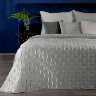 Jemný sivý zamatový prehoz na posteľ so vzorom
