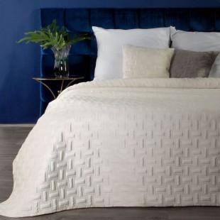 Jemný krémový zamatový prehoz na posteľ so vzorom