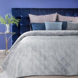 Sivý zamatový prehoz na posteľ s prešívaným vzorom
