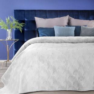 Biely zamatový prehoz na posteľ s prešívaným vzorom