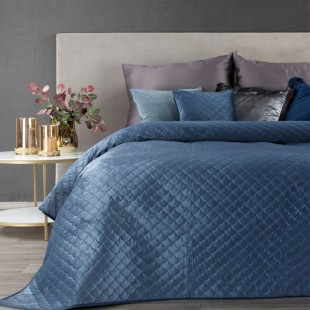 Modrý zamatový prehoz na posteľ s polkruhmi