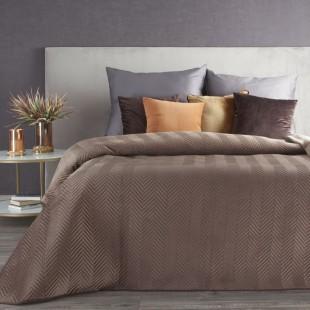 Hnedý zamatový prehoz na posteľ s cik-cak prešívaním