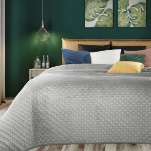 Sivý zamatový prehoz na posteľ s prešívaním