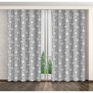 Záves sivej farby s bielym rastlinným motívom