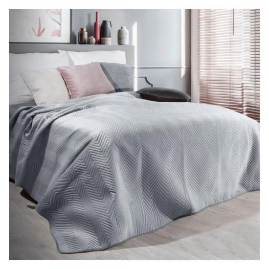 Sivý zamatový prehoz na posteľ s cik-cak prešívaním
