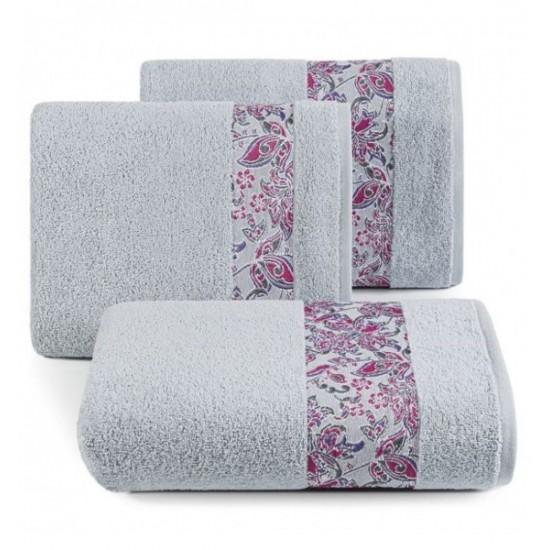 Elegantný strieborný bavlnený uterák s ozdobným pásom