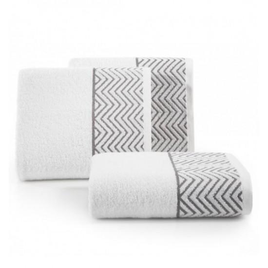 Biely bavlnený uterák so sivým cik-cak vzorom