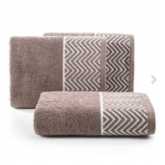 Hnedý bavlnený uterák s cik-cak vzorom