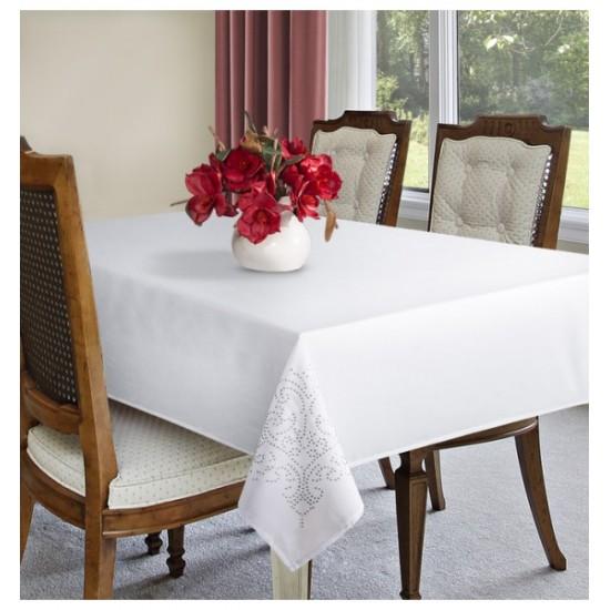 Biely obrus na stôl so striebornými ozdobnými aplikáciami