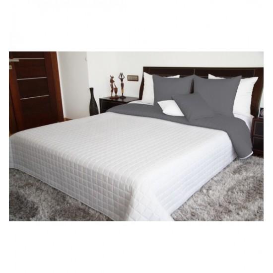 Tmavosivo biely prehoz na posteľ s prešívaným štvorčekovým vzorom