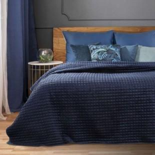 Tmavomodrý zamatový prehoz na posteľ so štvorčekovým prešívaním