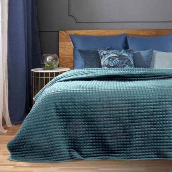 Modrý zamatový prehoz na posteľ so štvorčekovým prešívaním