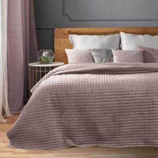 Ružový zamatový prehoz na posteľ so štvorčekovým prešívaním