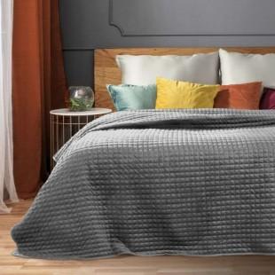 Sivý zamatový prehoz na posteľ so štvorčekovým prešívaním